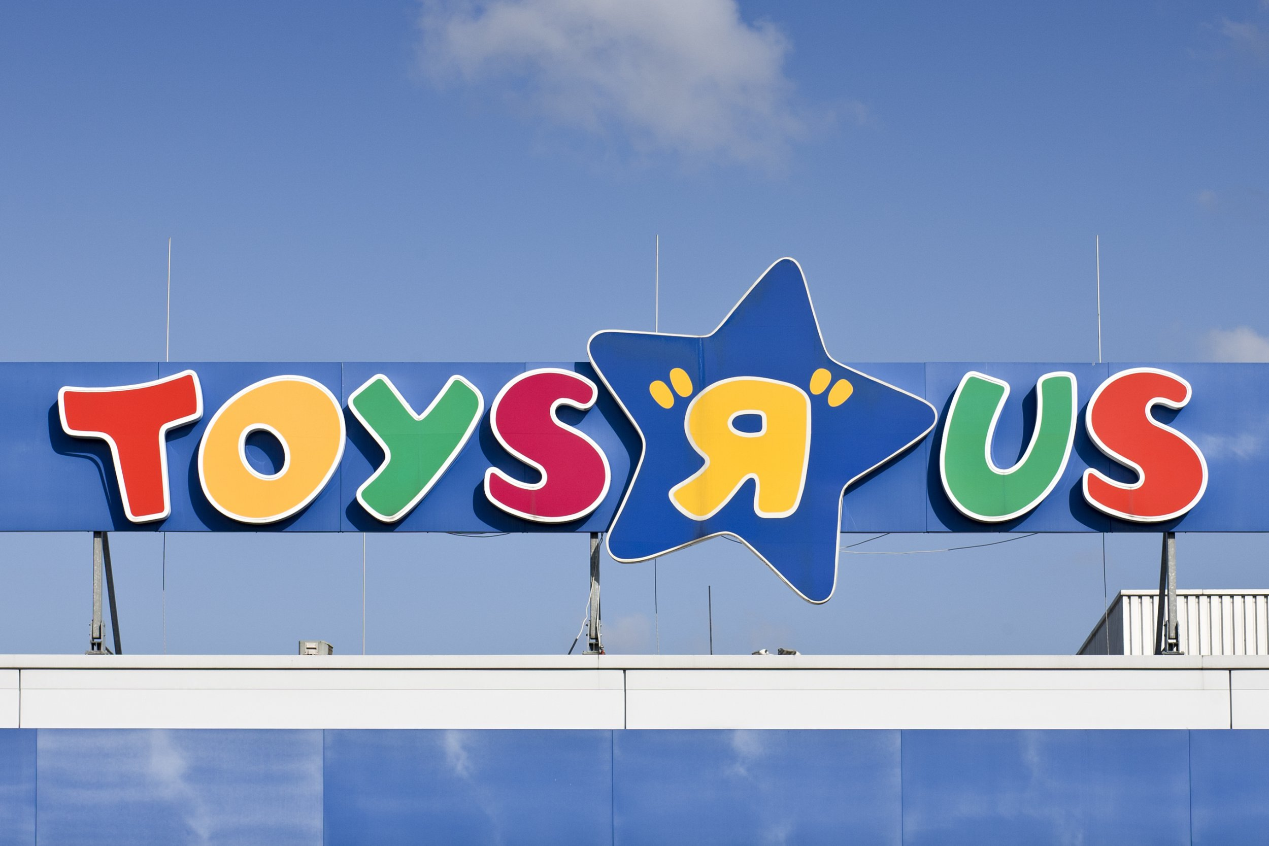 Toys R Us Sign : Last call geoffrey the giraffe photo goes viral as toys r