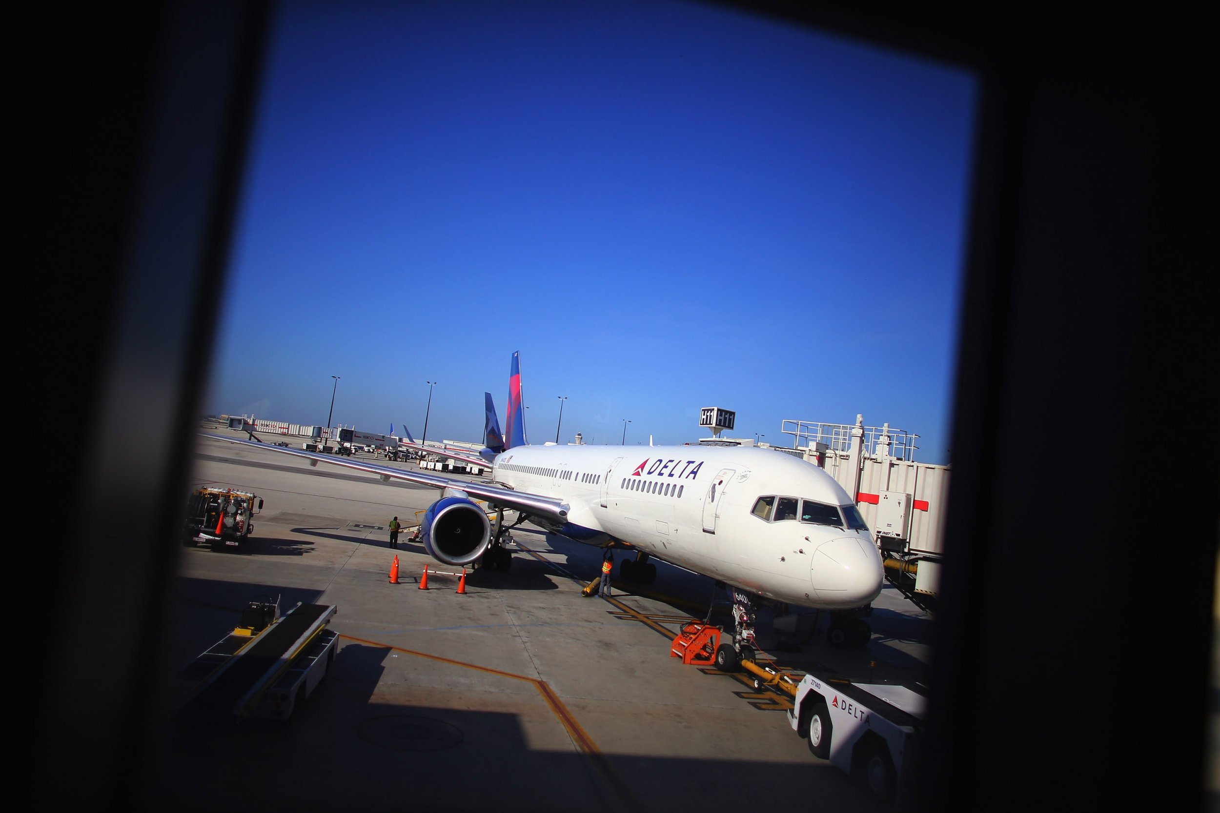 Delta Passengers Restrain Man Making Threatening Comments
