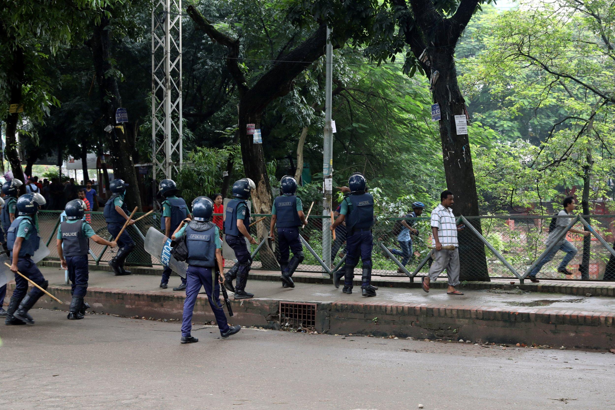 2018-08-05T115915Z_1_LYNXMPEE7408W_RTROPTP_4_BANGLADESH-PROTEST