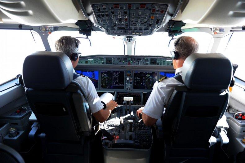 Pilot lands LC Peru plane without landing gear