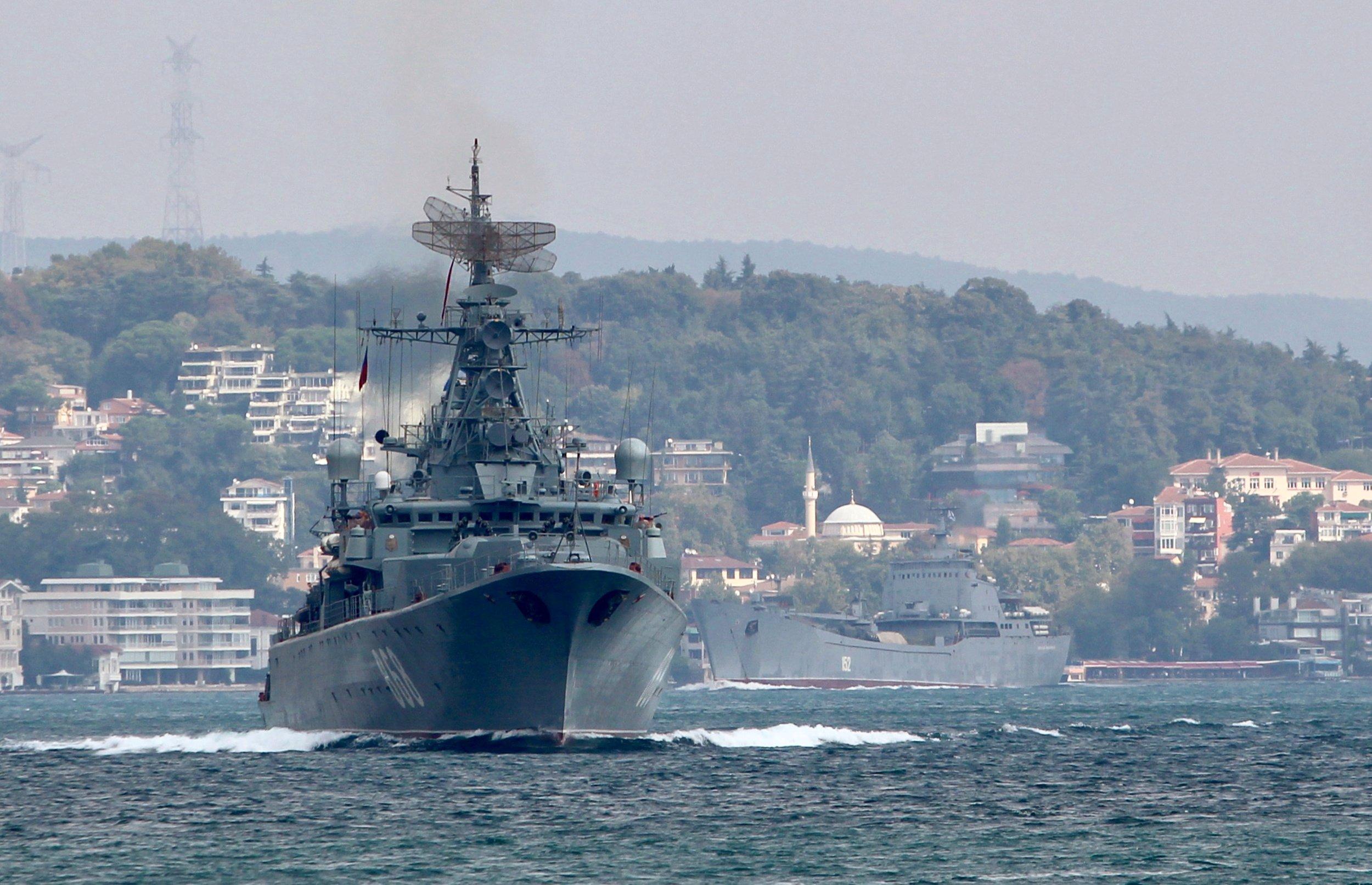 La fregata della marina russa Pytlivy, seguita dalla nave da sbarco Nikolai Filchenkov, naviga nel Bosforo verso Idlib, il 24 agosto 2018. Credits to: Yoruk Isik/Reuters.