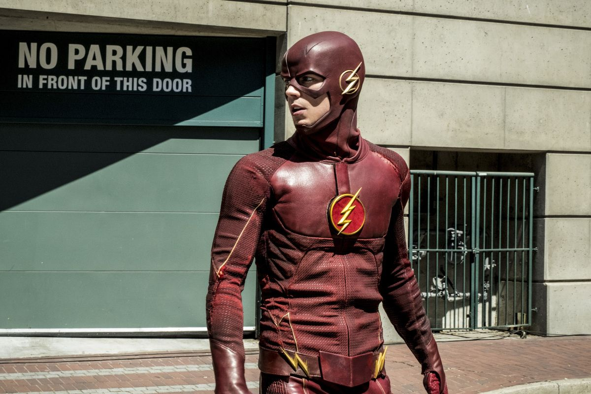 In \u0027The Flash\u0027 Season 5 Premiere Photos, Barry Dons His