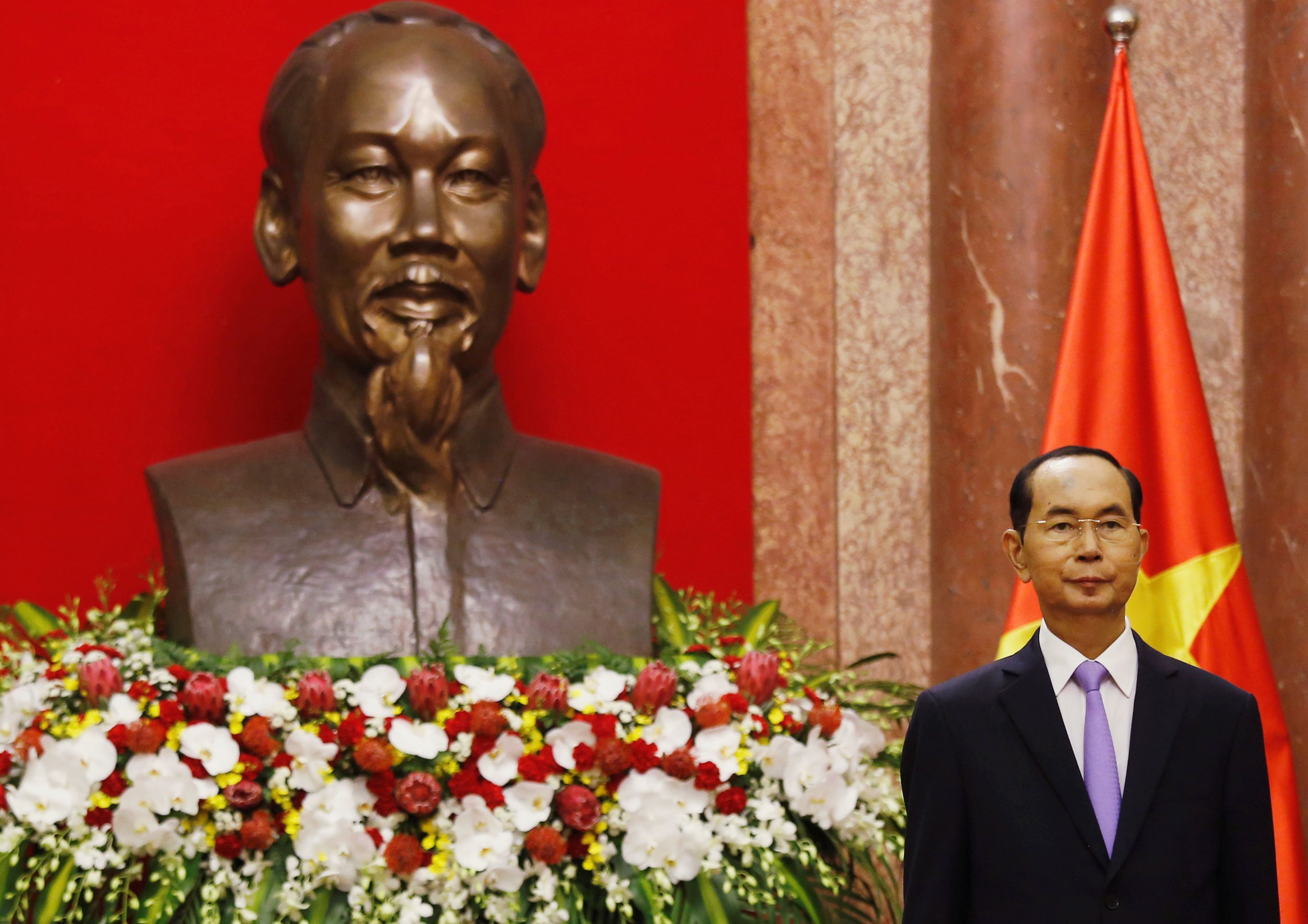 Vietnam's President Tran Dai Quang stands in front of a statue of Vietnamese revolutionary leader Ho Chi Minh at the Presidential Palace in Hanoi, Vietnam September 13, 2018. Image: Reuters/Kham