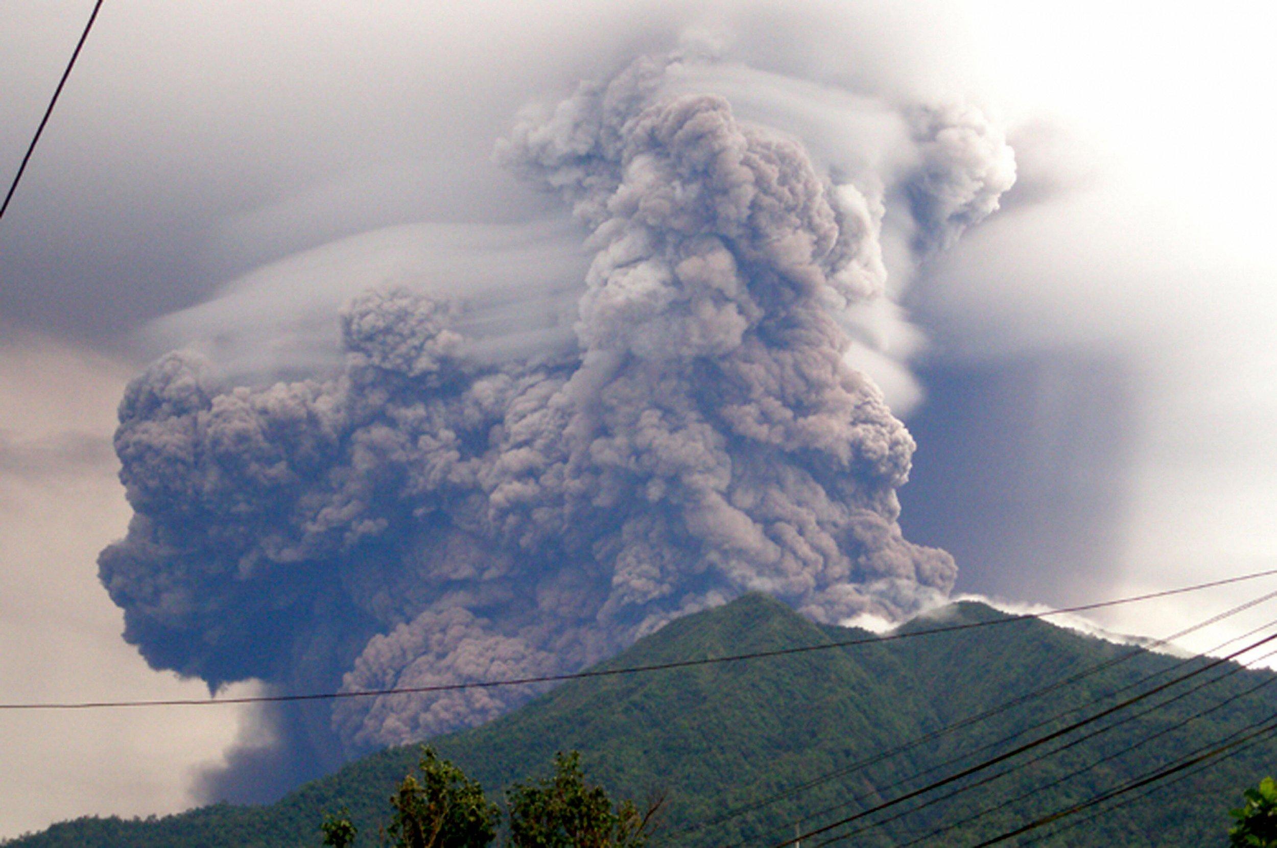 Mount Soputan erupt indonesia