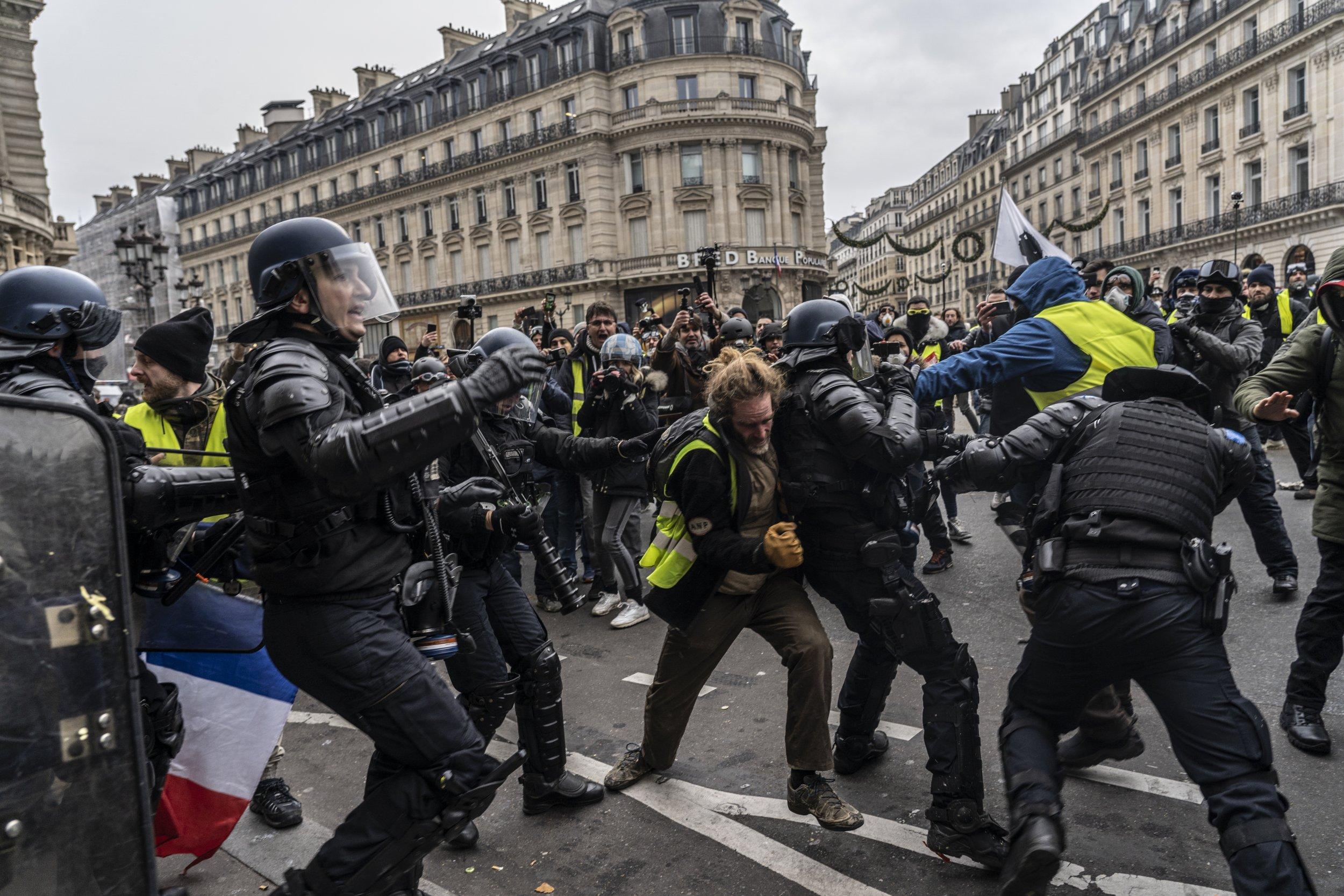 Gilets jaunes France protests Paris police yellow vests