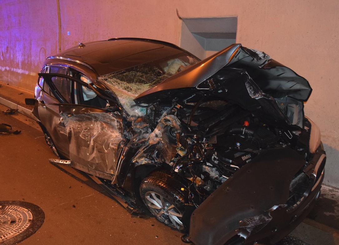 スロバキアで車がトンネル入口で空宙を舞う大事故。
