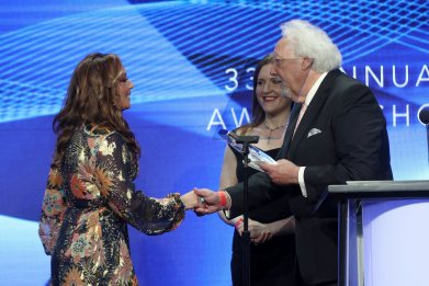GettyImages-826805312 Leah Remini accepts award