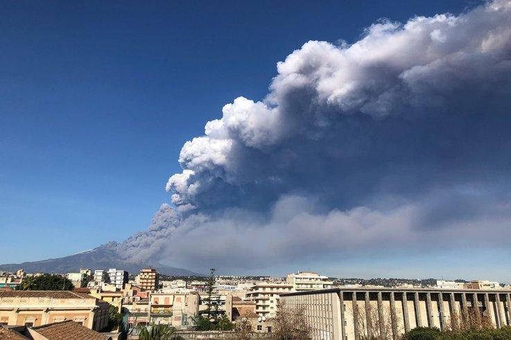 Photo Mt. Etna Christmas Eve 2020 Mount Etna Volcano Eruption and Earthquake Cause Christmas Chaos
