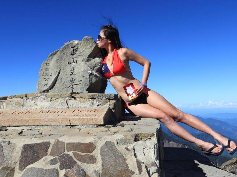 Posed Of In Bikini Swimwear Freezes Hiker' To On Top Who Mountains 5ARL34j