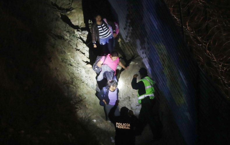 migrant families border crossing