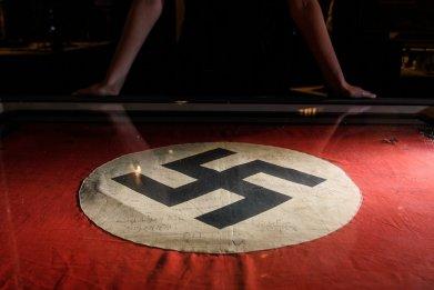 anne frank stepsister eva schloss meet teens nazi salute swastika california