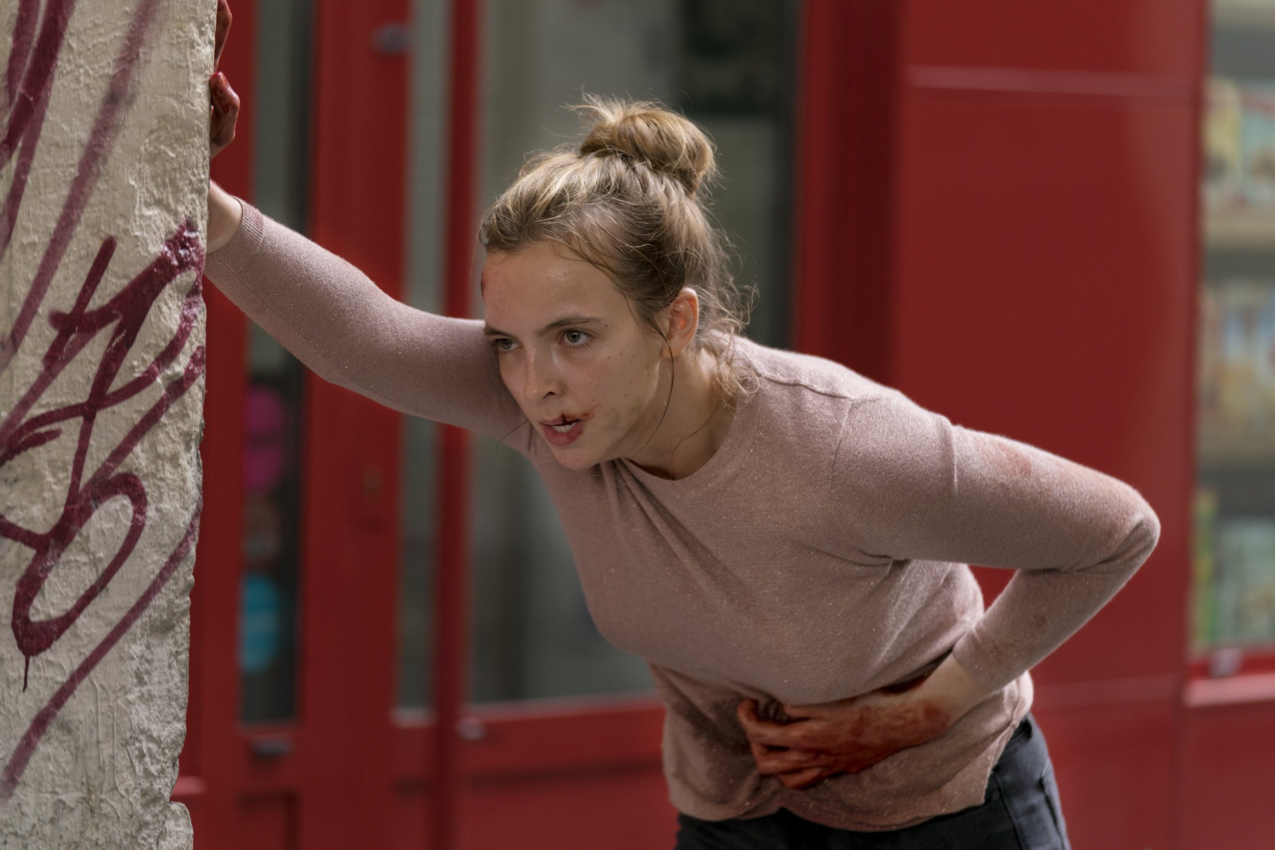 killing eve 0201 villanelle stabbed