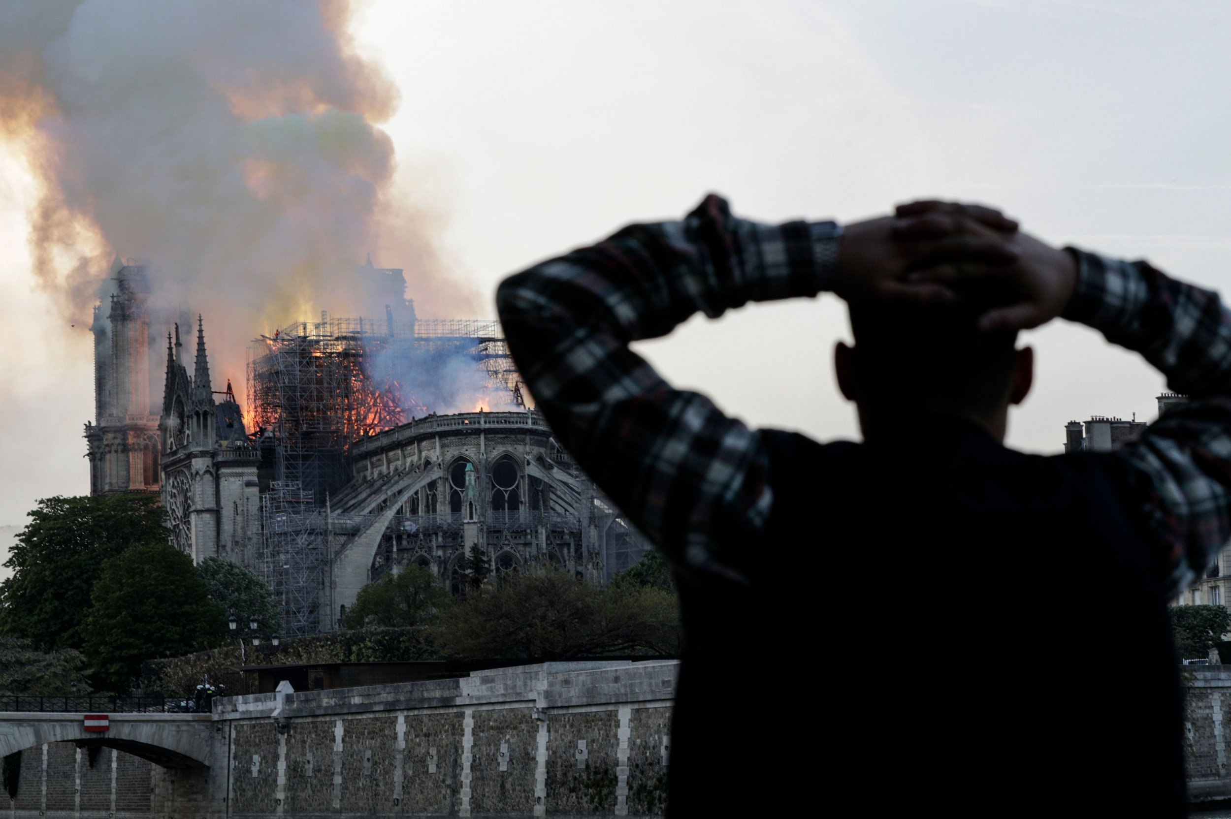notre dame fire man hand on head