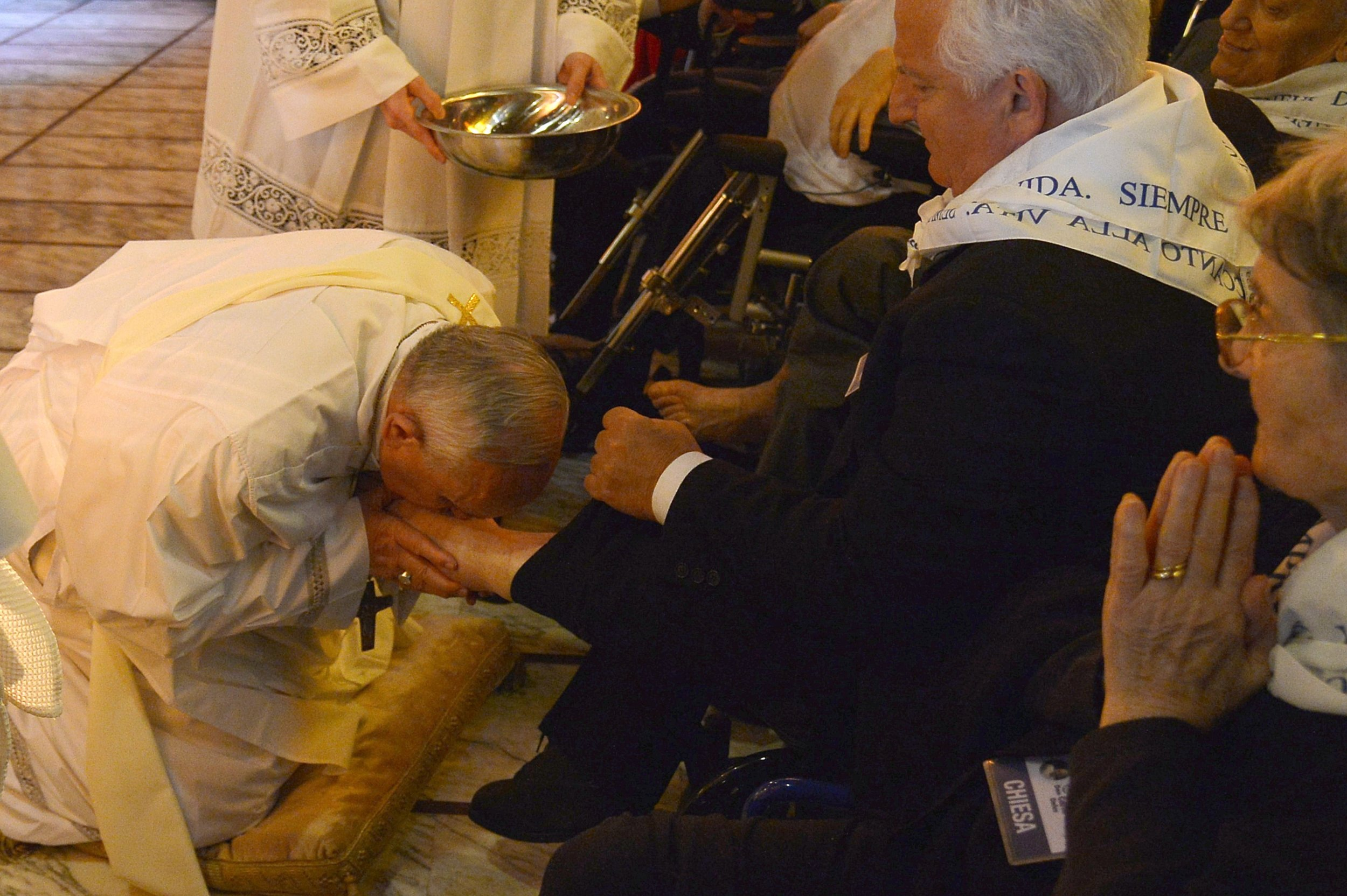 pope washing feets