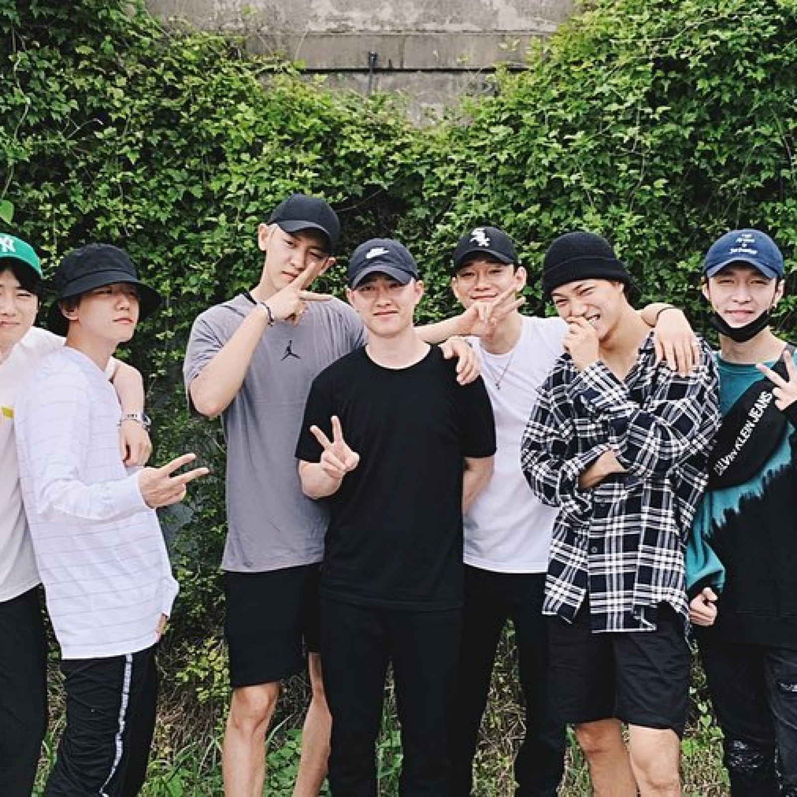 Fans Delighted After K Pop Star Zhang Yixing Joins Exo To See Off