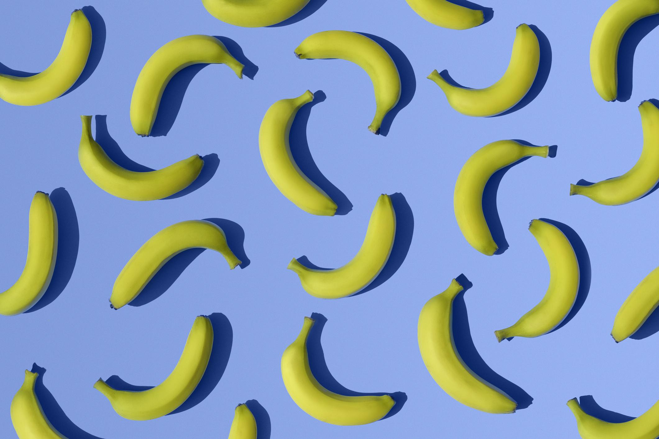 Картинка с синим фоном и бананами, хорошей субботы прикольные