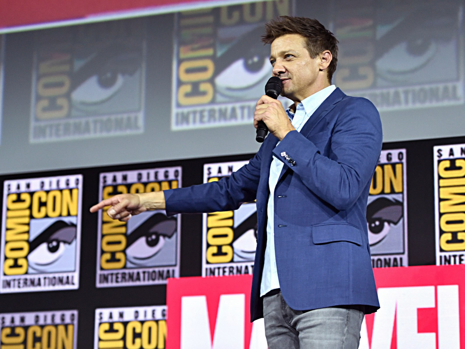 Audio Porno Troll avengers' star jeremy renner shuts down app after being