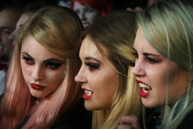 FDA Tells Vampires to Lay Off Lenses
