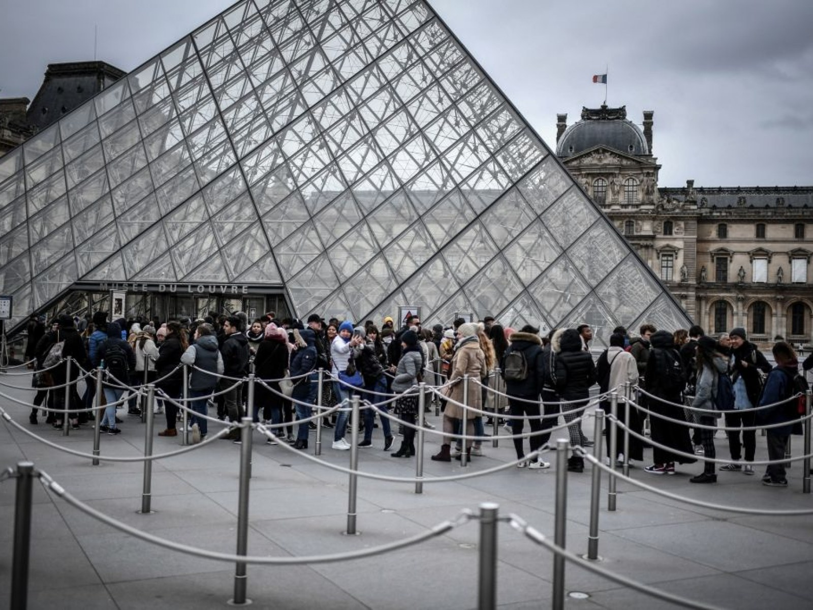 France S Louvre Museum Shuts Down Amid Coronavirus Concerns