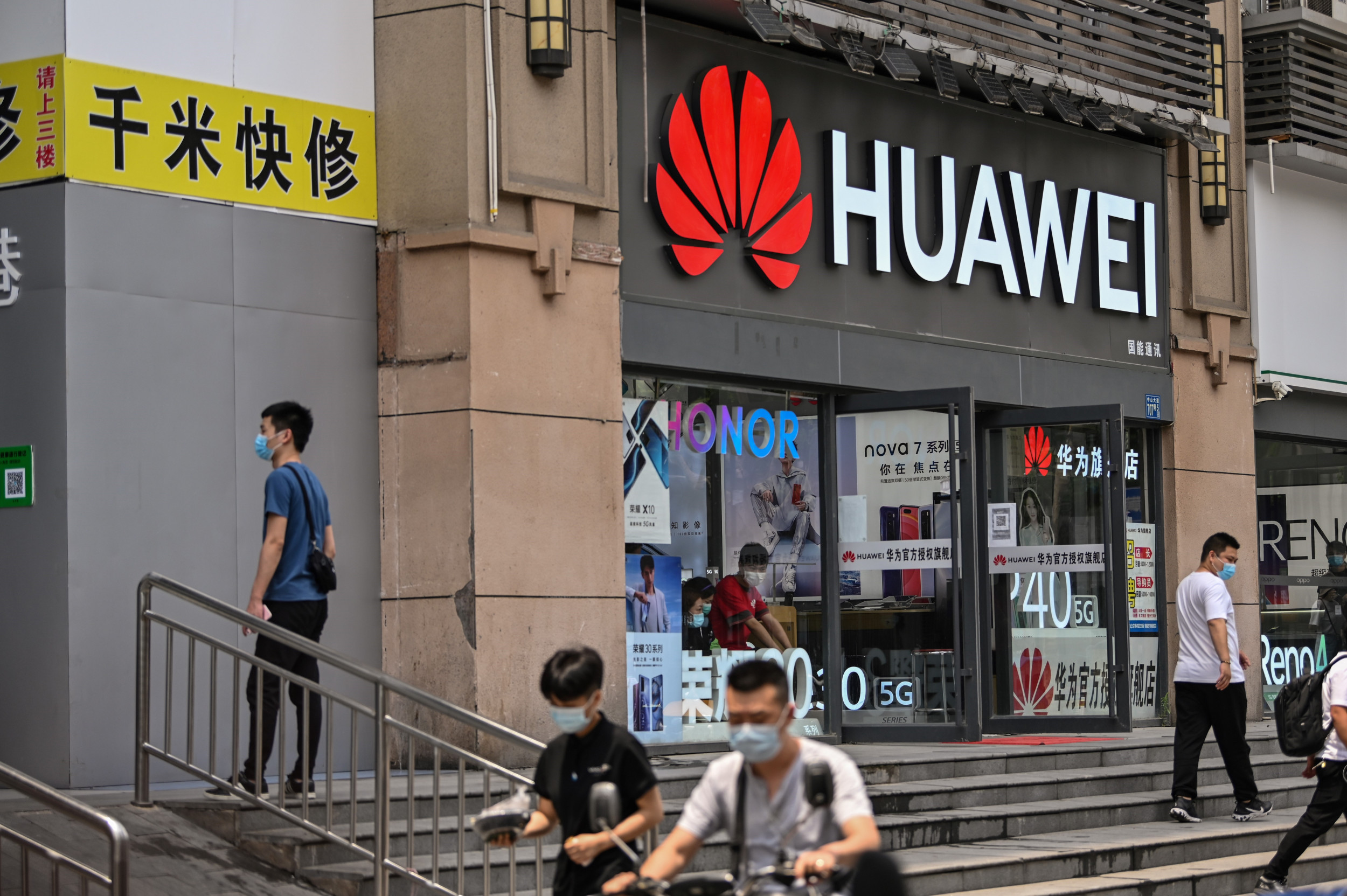 Banning Huawei From U.K. 5G Infrastructure Might Be 'Impossible' but It Could Still Happen thumbnail