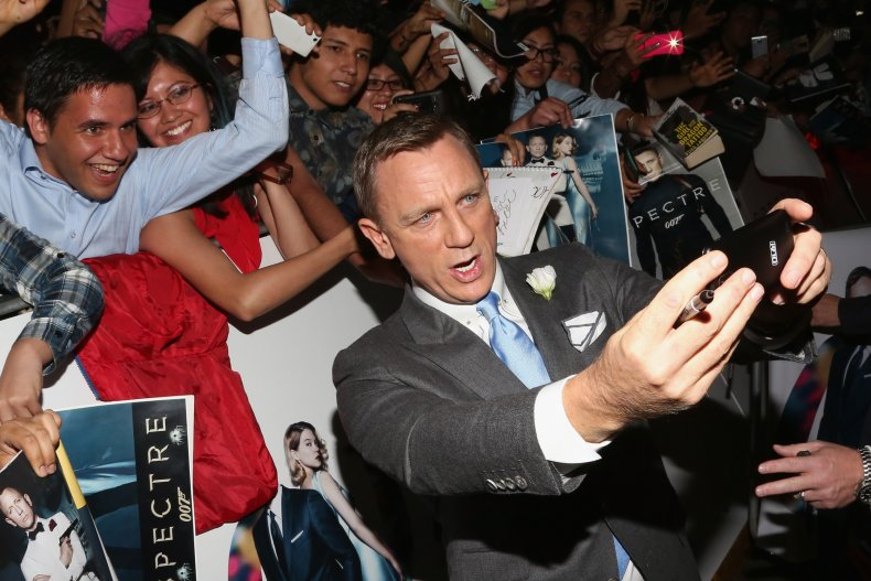 Daniel Craig signs autographs