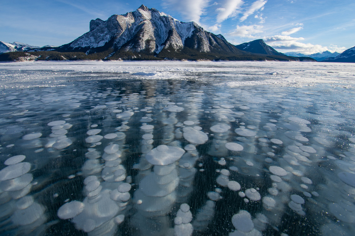 Methane bubbles from Arctic lakes measured from space as atmospheric levels reach peak