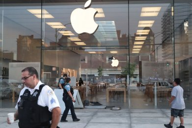 Apple store in Chicago looted