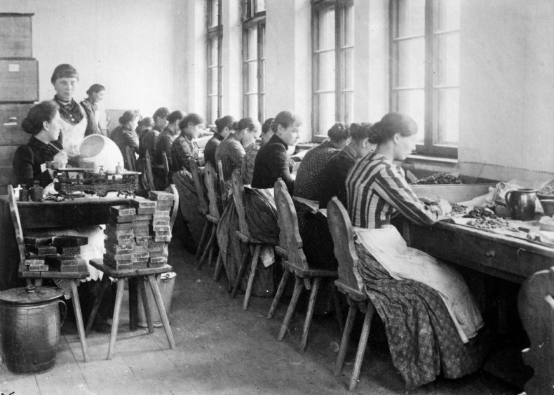1900: Women get some control over income