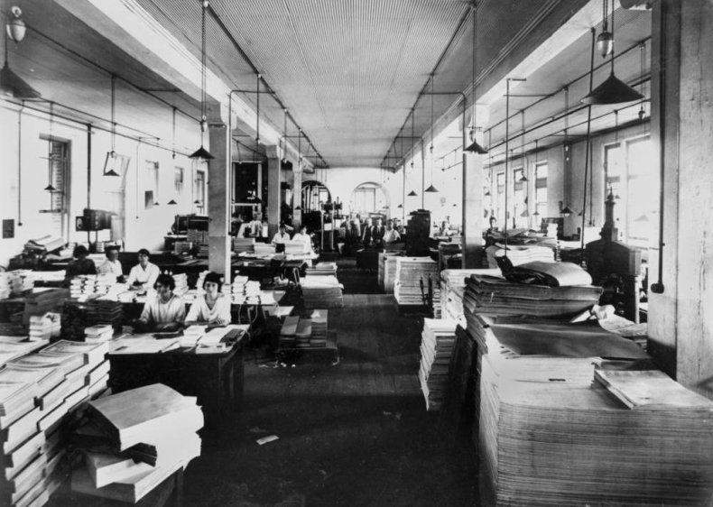 Print binding and finishing worker