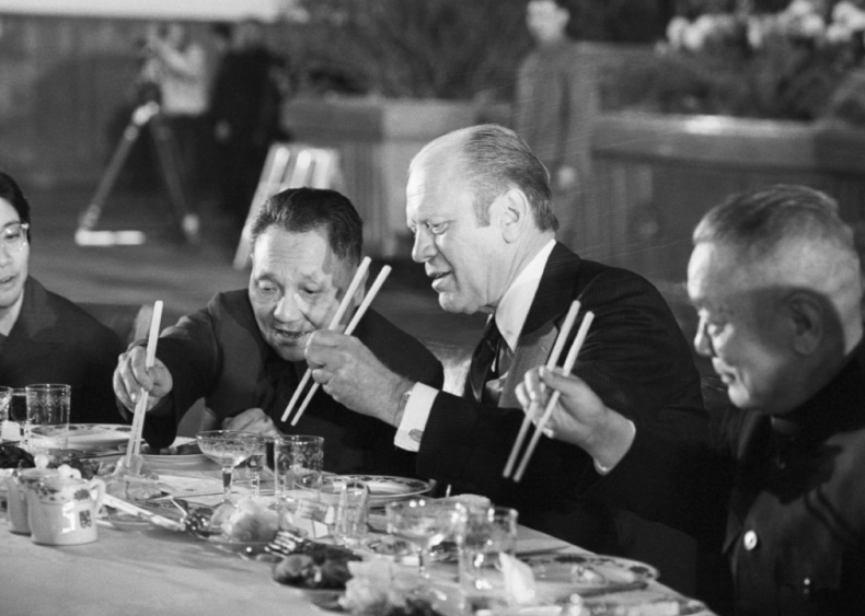1975: Gerald Ford and Deng Xiaoping eat dinner
