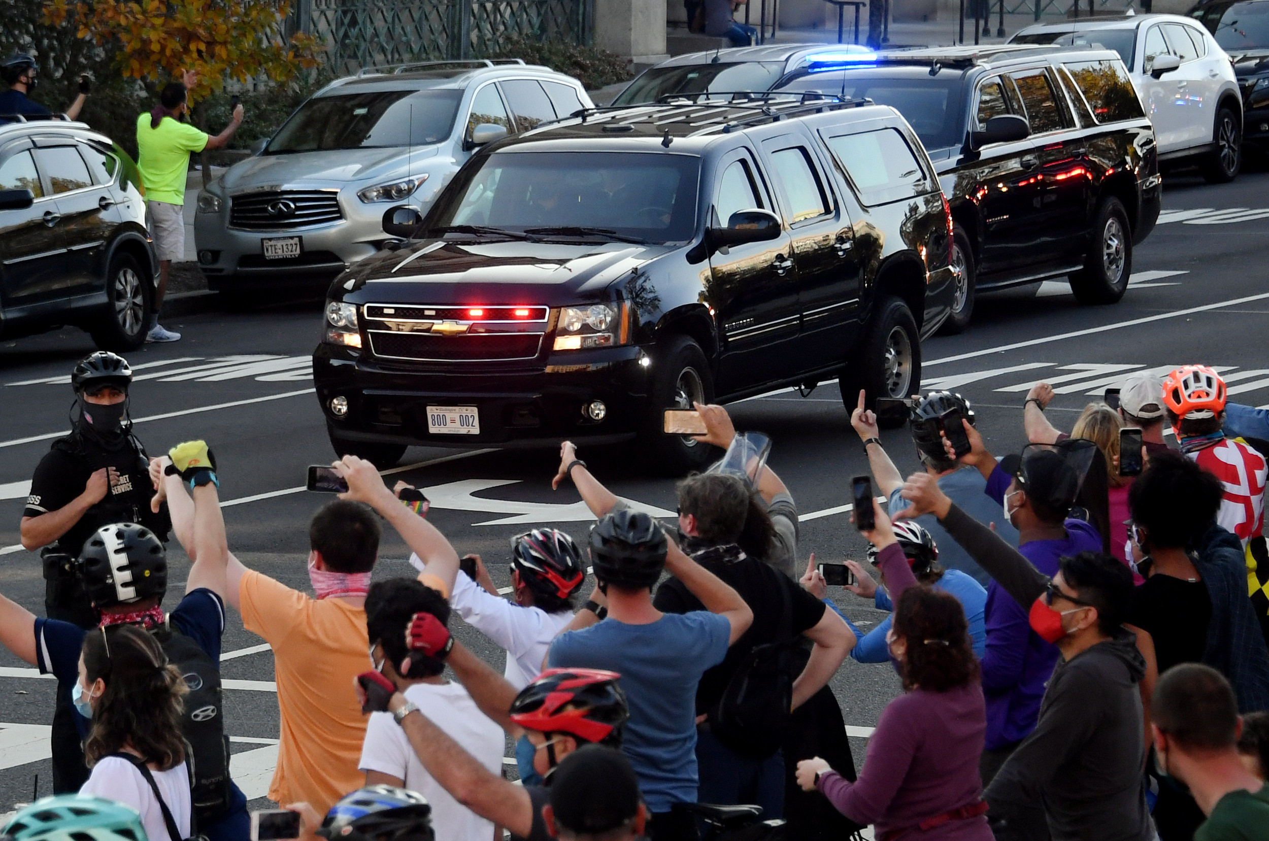 Hundreds flip off Trump's motorcade en route from golf course to White House