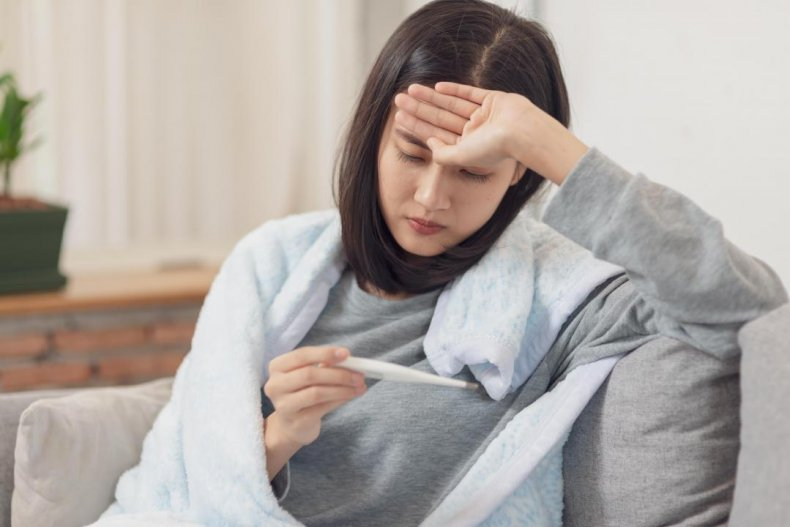 How do COVID-19 symptoms differ from flu symptoms?
