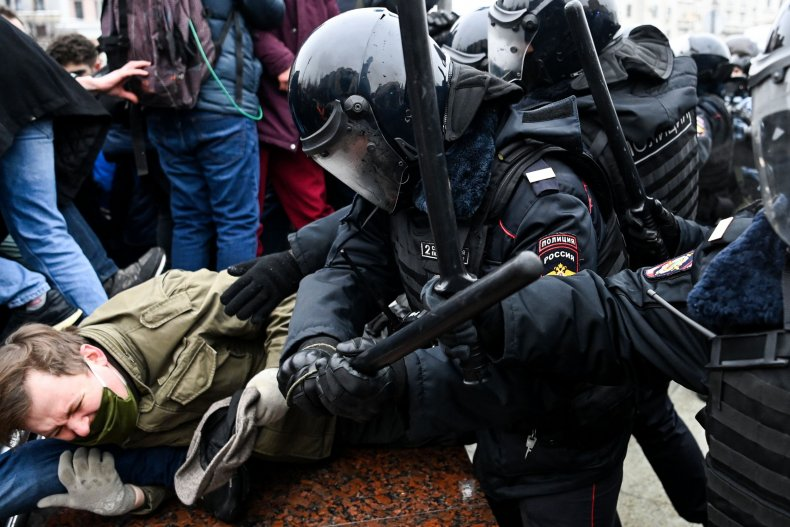Police beat Navalny protesters in Moscow, Russia