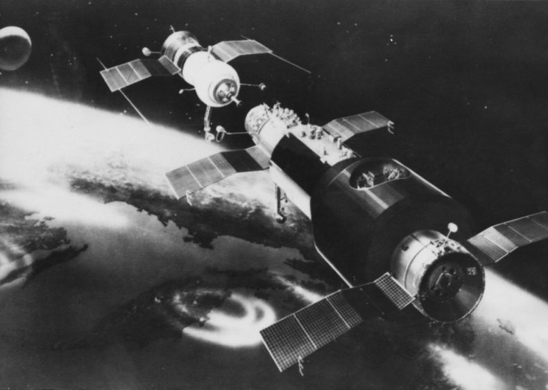 1971: First spacecraft links to space station