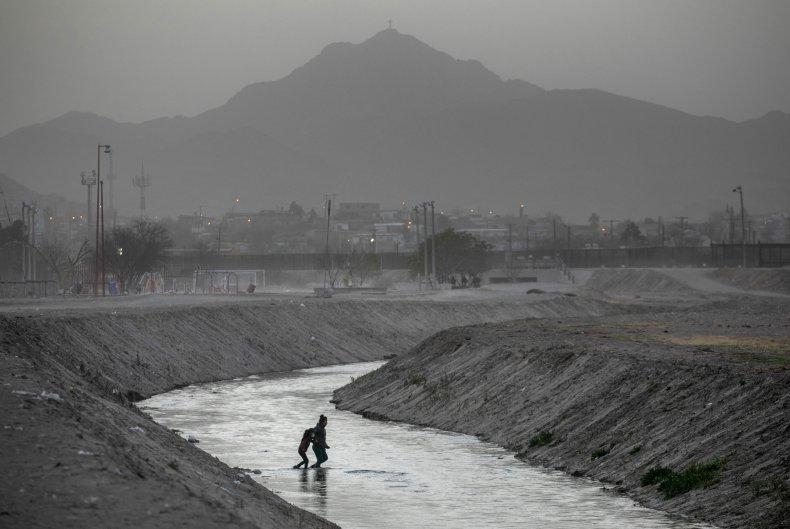 Migrants crossing U.S.-Mexico border near Ciudad Juarez