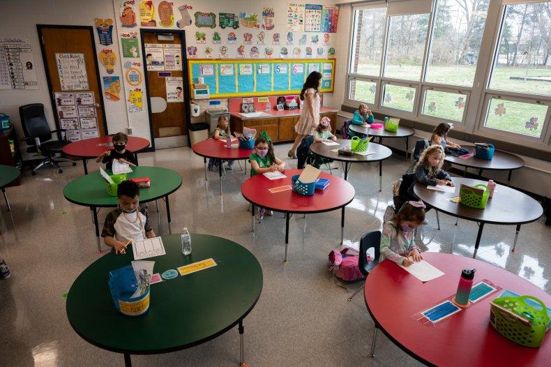 Une classe d'école élémentaire socialement distancée