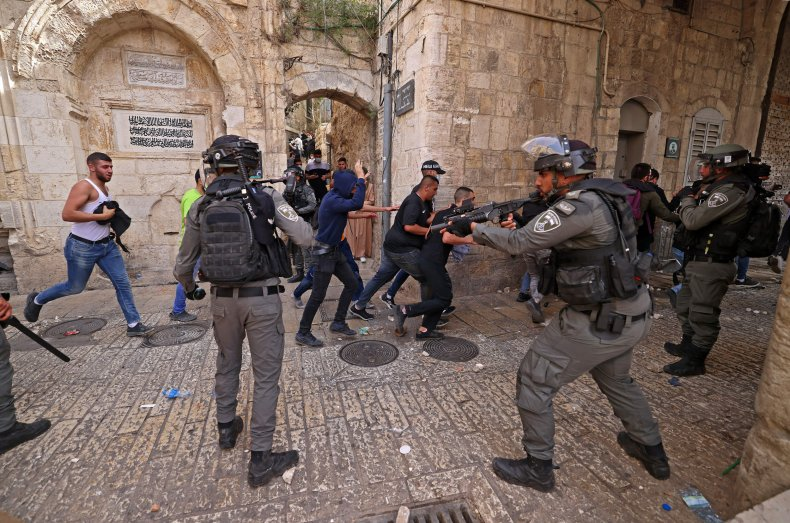 Israeli security Palestinian protesters clash in Jerusalem