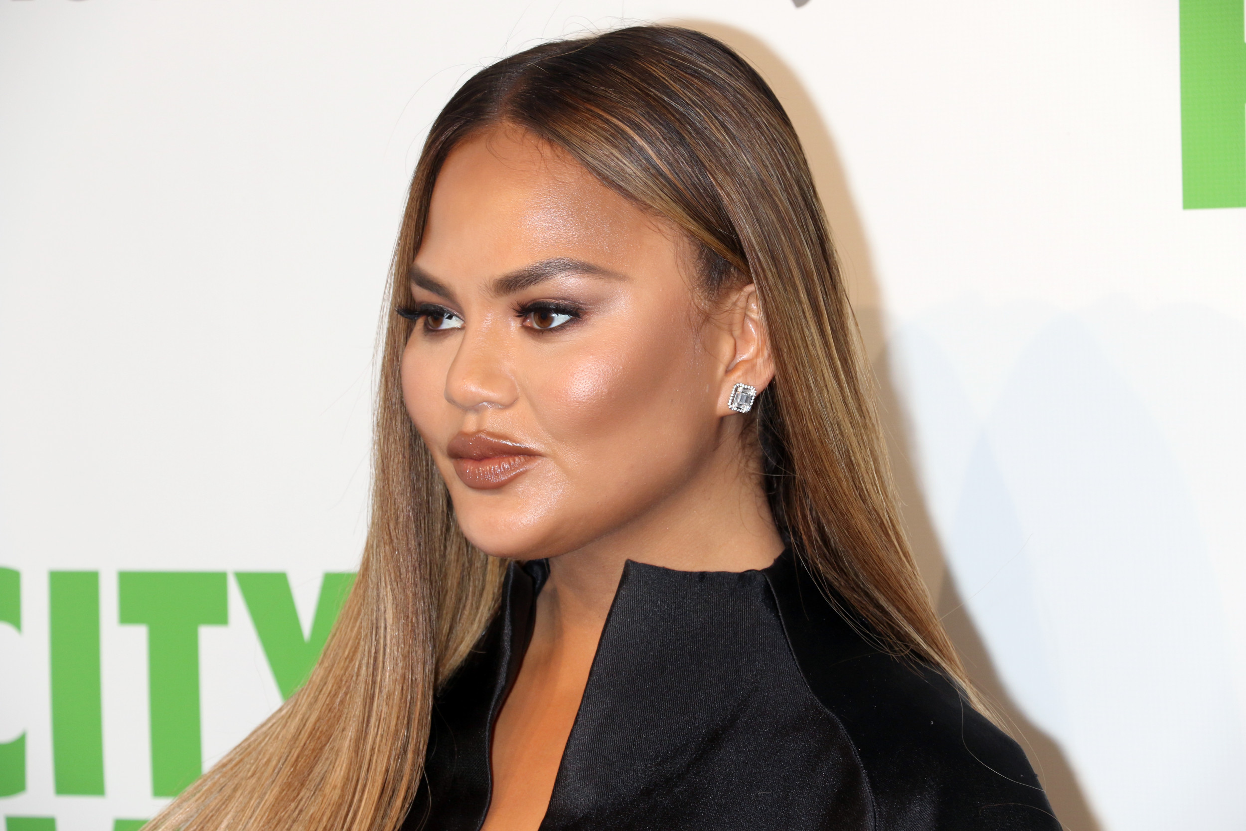 Chrissy Teigen Critics Resurface Her Feud With Trump Amid Stodden's Claims
