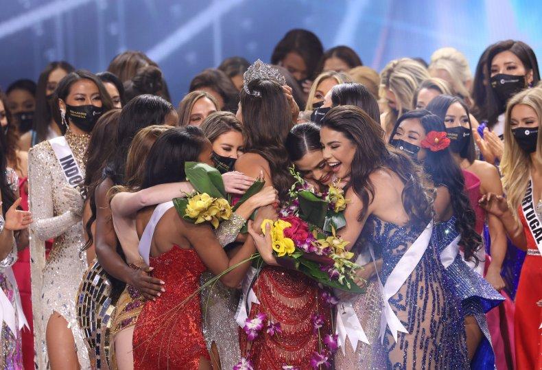 Miss Universe participants congratulate Miss Mexico