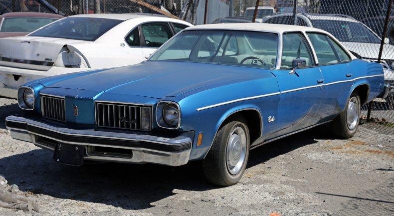 1975_Oldsmobile_Cutlass_four-door_sedan