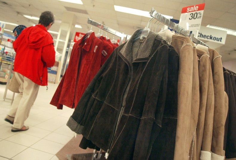 Les gens achètent des vêtements d'automne.