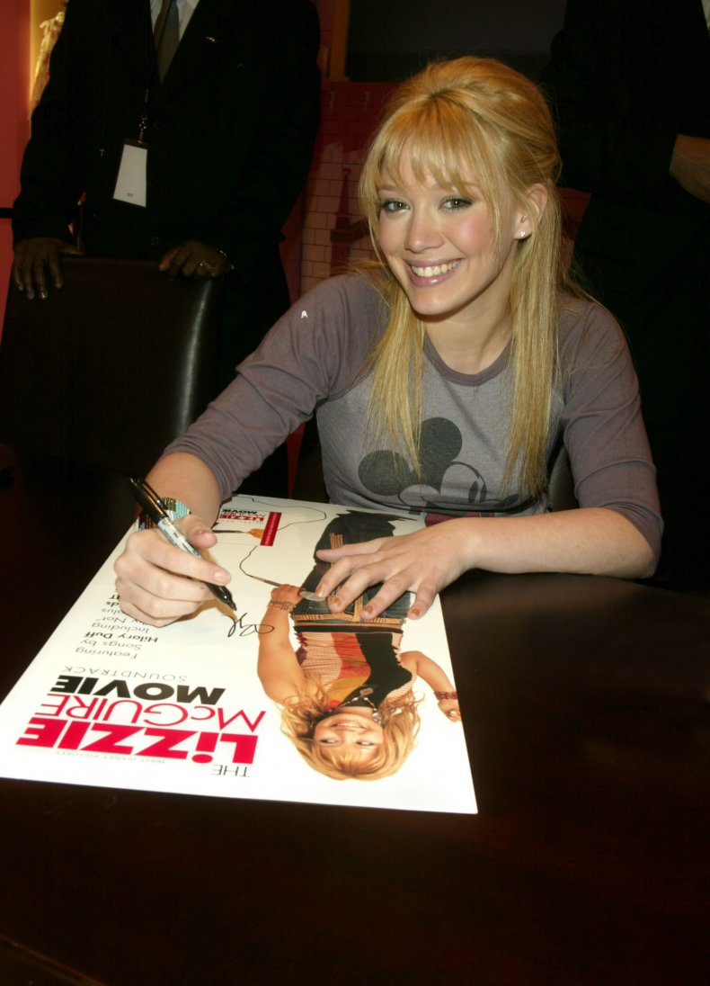 Hilary Duff signs Lizzie McGuire poster