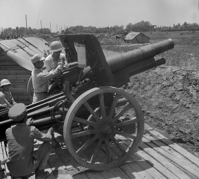 Soldiers Man Cannon In Chinese Civil War