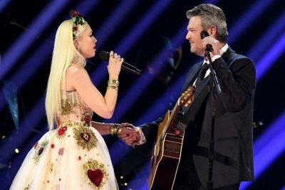 Gwen Stefani and Blake Shelton performing together