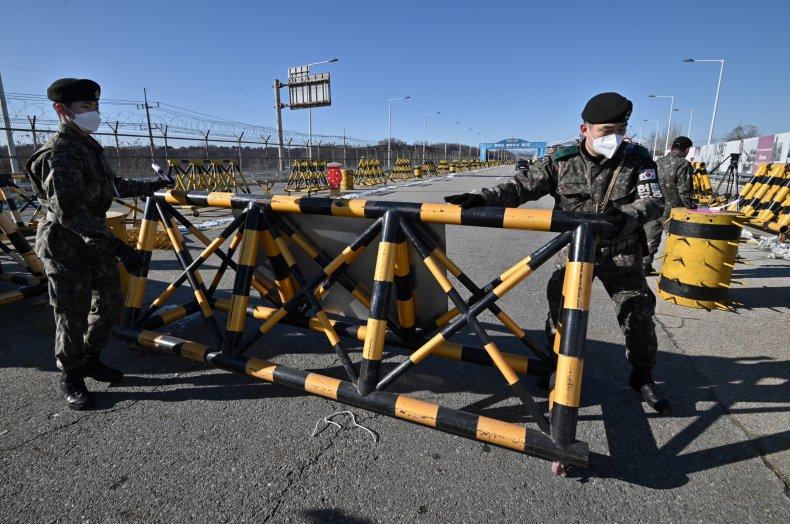 South, Korea, soldiers, move, barricade, bridge, North