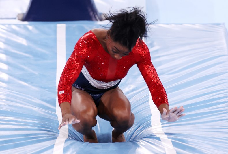 Simone Biles makes bad landing in gymnastics