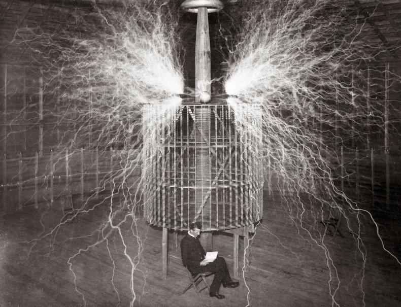 Nikola Tesla dans le laboratoire du Colorado