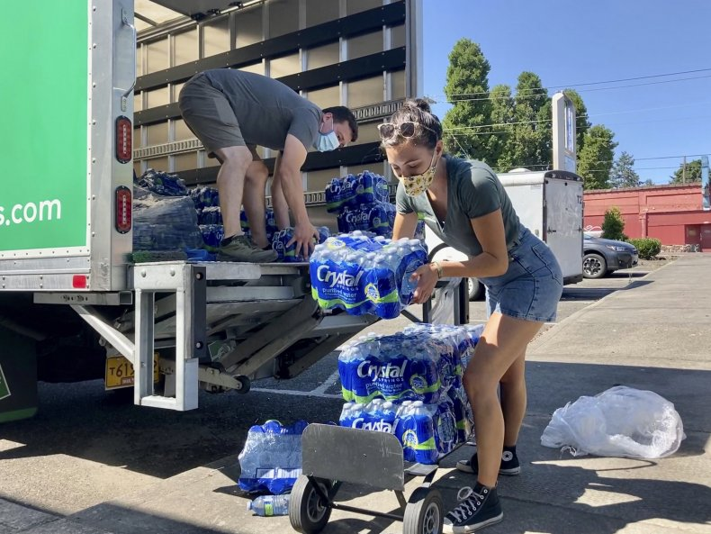 Oregon Volunteers With Water for Cooling Station