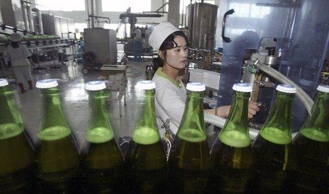 11-15-2013_FE0241_NorthKorea_drink
