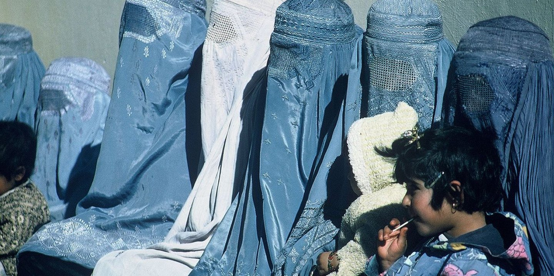 1280px-Group_of_Women_Wearing_Burkas
